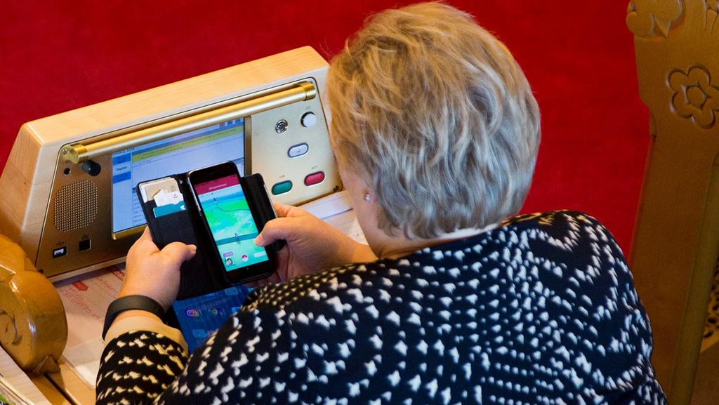 Премьер Норвегии играла впокемонов на совещании парламента