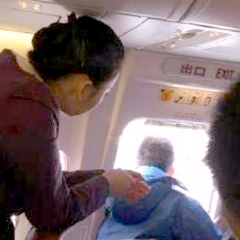 Появилось видео, как польский турист вылез накрыло самолета через аварийный выход