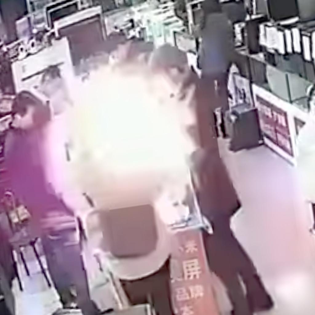 Китаец укусил iPhone, и тот взорвался — видео
