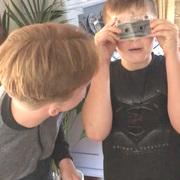 На видео засняли школьников, которые не смогли понять, как слушать аудиокассеты
