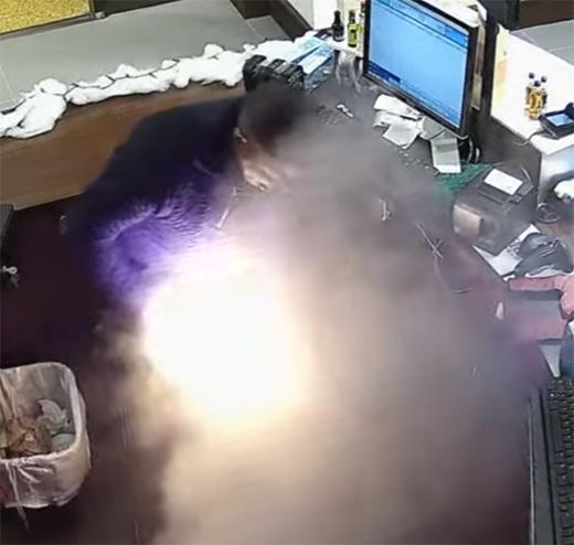ВСША отвзрыва электронной сигареты зажегся мужчина— практически фейерверк