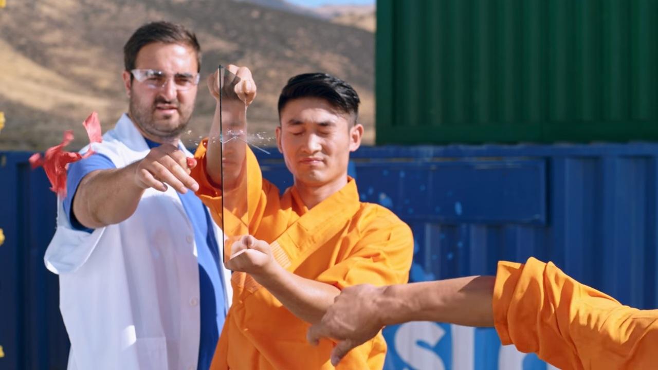Шаолиньский монах пробил стекло броском иголки
