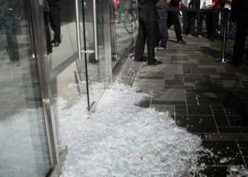 Фотография магазина Apple после инцидента