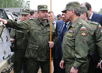 На фотографии Александр Актау и Сергей Шойгу