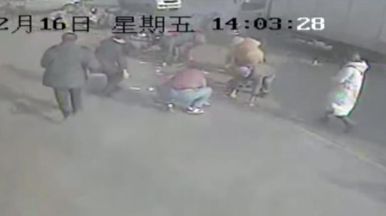 Прохожие помогли жителю Китая собрать 3500 долларов, разлетевшихся поулице