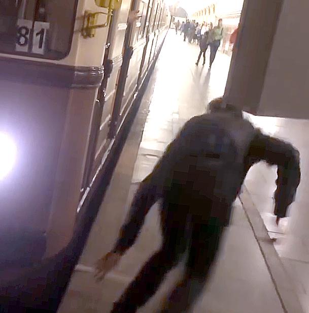 Машинист московского метро ударом ноги сбил «зацепера»