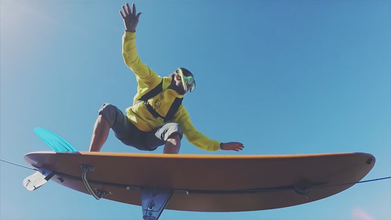 Летающих навысоте 600 метров серфингистов засняли навидео
