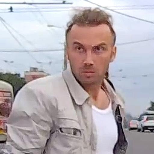ВБарнауле пешеход, идущий накрасный свет, остановил машину взглядом