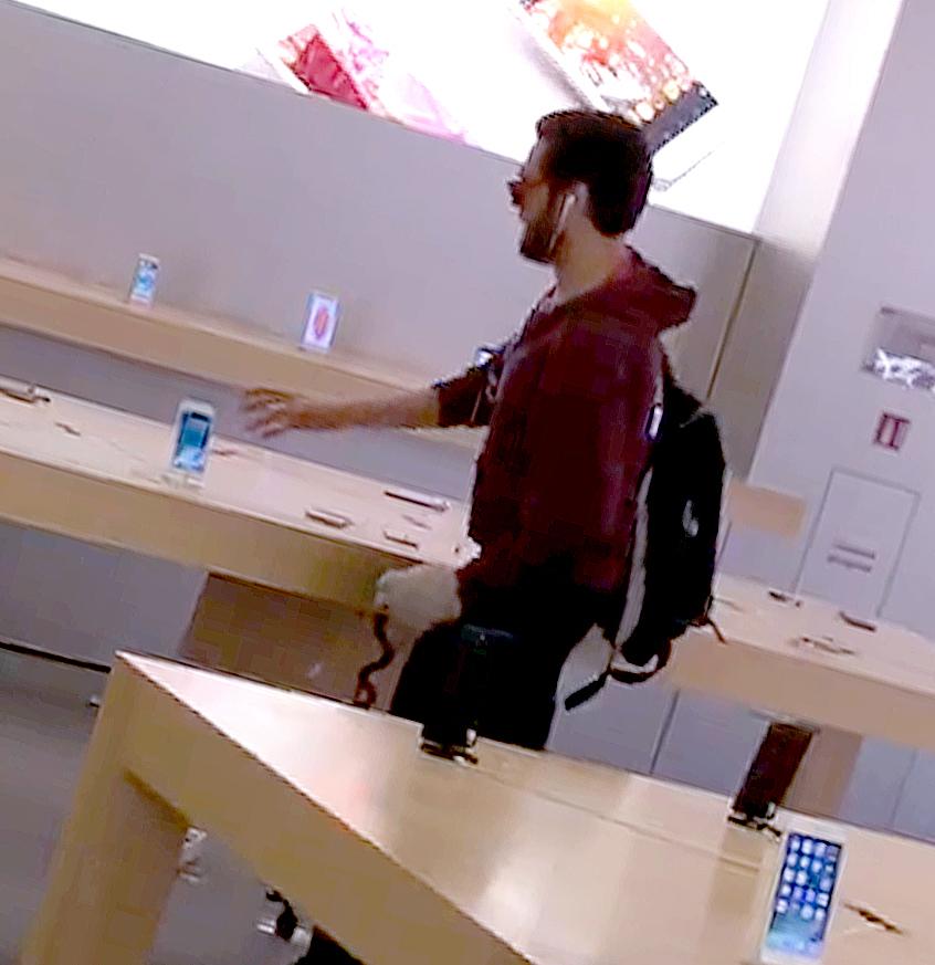 Ненавидящий iPhone француз вручную разгромил магазин Apple