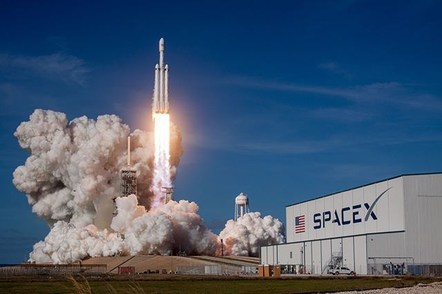SpaceX успешно запустила Falcon Heavy с «Теслой» Илона Маска на борту