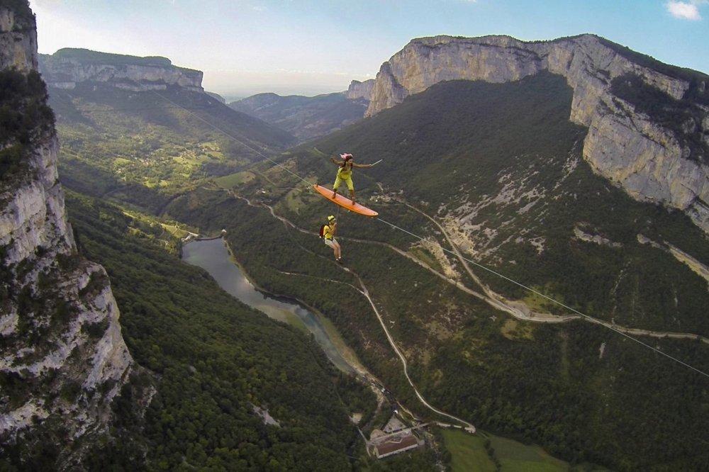 Серферы-экстремалы промчались светерком над ущельем навысоте 600 метров