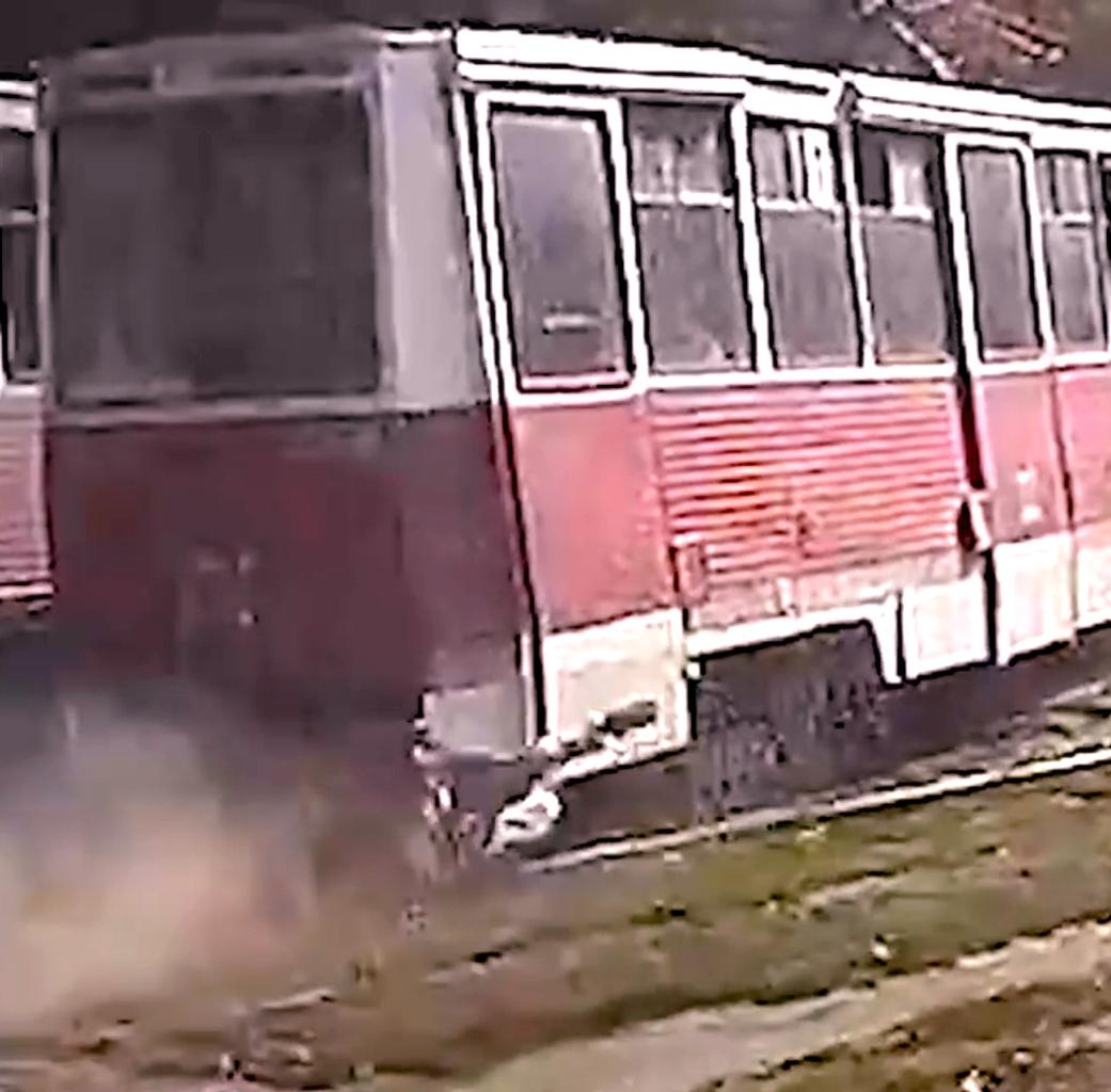 Жителя Саратова протащило за трамваем несколько сотен метров