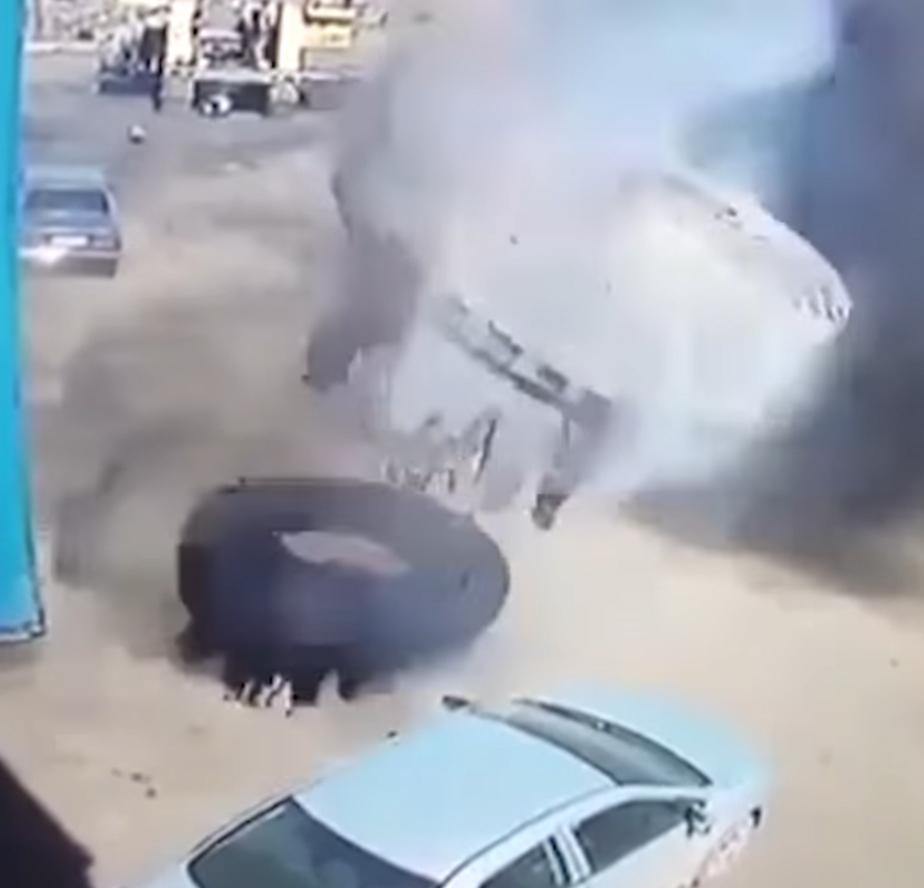 Колесо отБелАЗа расплющило легковую машину