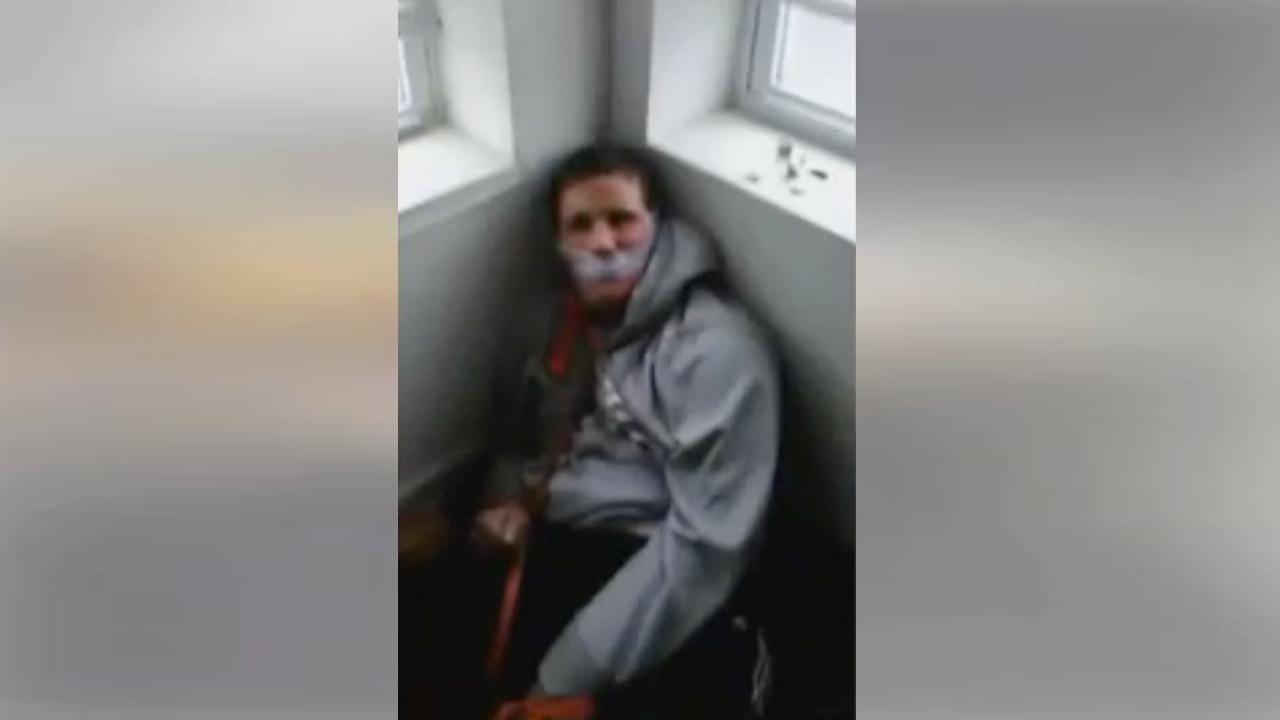 Девушка связала парня и издевается над ним видео онлайн